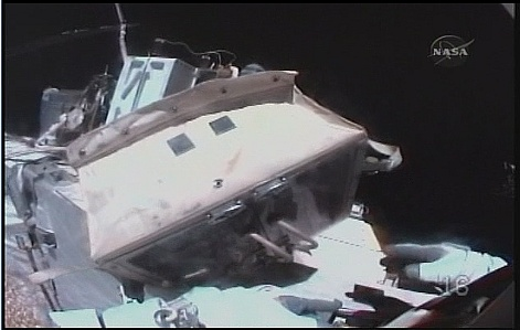 [STS-131 / ISS19A] Discovery : EVA 2 Anderson & Mastracchio - Page 3 Sans_322