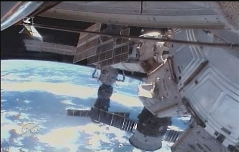 [STS-131 / ISS19A] Discovery : EVA 2 Anderson & Mastracchio - Page 3 Sans_335