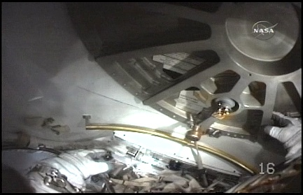 [STS-131 / ISS19A] Discovery : EVA 2 Anderson & Mastracchio - Page 3 Sans_339