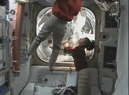 [STS-131 / ISS19A] Discovery : EVA 2 Anderson & Mastracchio - Page 3 Sans_341