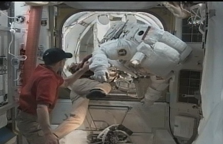 [STS-131 / ISS19A] Discovery : EVA 2 Anderson & Mastracchio - Page 3 Sans_343