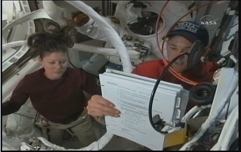 [STS-131 / ISS19A] Discovery : EVA 2 Anderson & Mastracchio - Page 4 Sans_348