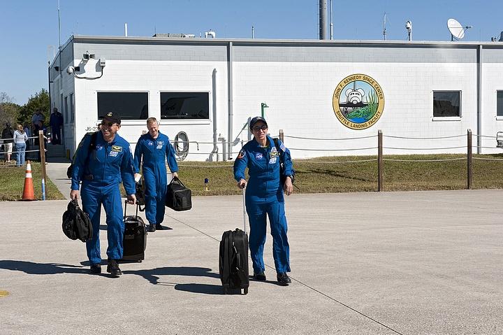 [STS-133]: suivi du lancement prévu le 03.12.2010 - Page 4 Sans_835
