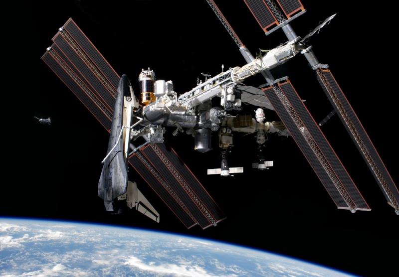 """""""Photo de famille"""" Photo d'ISS avec une navette arrimée. - Page 3 Sts-1310"""