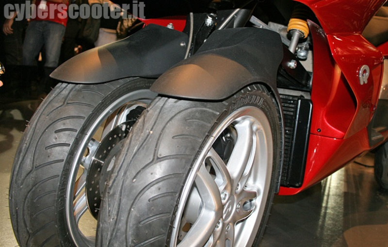 Quadro : Un scooter à 4 roues présenté à Milan  - Page 4 10_qua10