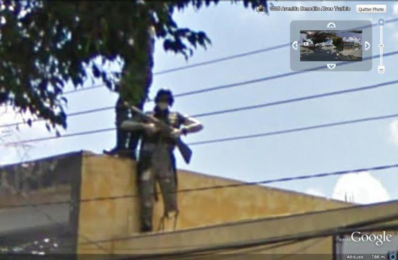 STREET VIEW : Homme armé sur un toit Sao Paulo, Brésil Flic_b11