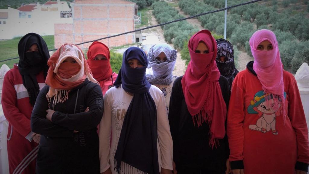 16.000 obreras temporeras marroquíes en los campos de fresas. Temporeras en Huelva denuncian al sindicato que las acogió. Las trabajadoras marroquíes acusan al SAT de apropiarse indebidamente de su dinero y hacerlas trabajar para sufragar sus gastos.  15285610