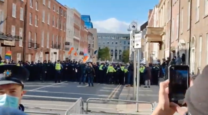 Hundreds of anti-mask demonstrators clash with counter-protectors as Dublin anti-lockdown rally turns violent Ej-mxd10