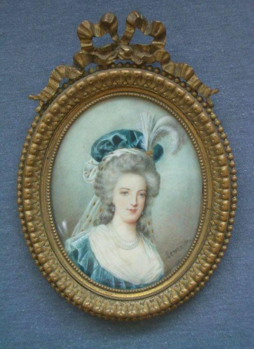 Marie-Antoinette au livre en robe bleue - Page 3 Zducre12