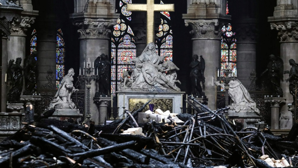 Terrible incendie de Notre Dame de Paris le 15 Avril 2019 au soir Zducre22