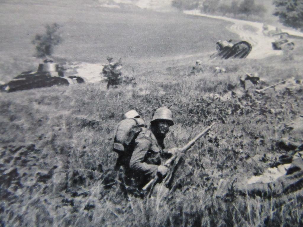 PHOTOS , CPA  tank RENAULT FT 17 en tchequoslovaqie et militaires Img_6012