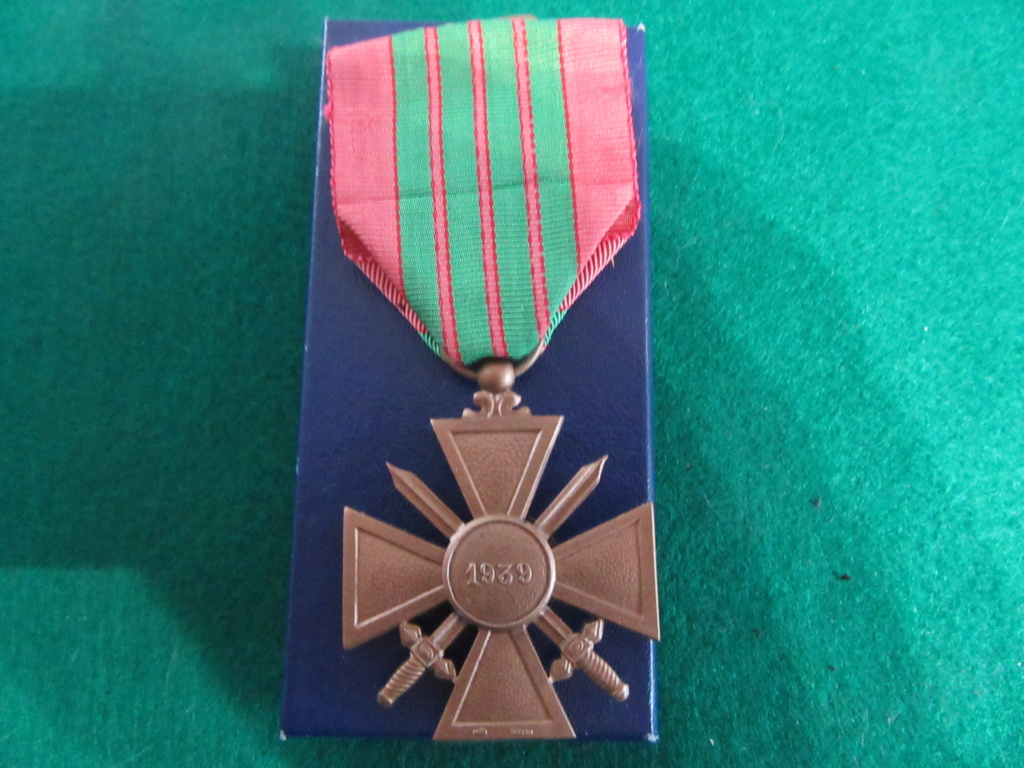CROIX DE GUERRE 1939 avec marquages? demande identification . Img_8332