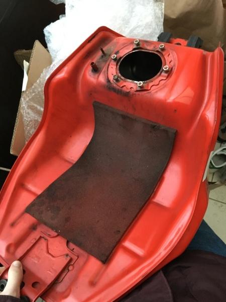 Réservoir rouge origine CBR 929 année 2000 100euros vendu 13ed8812