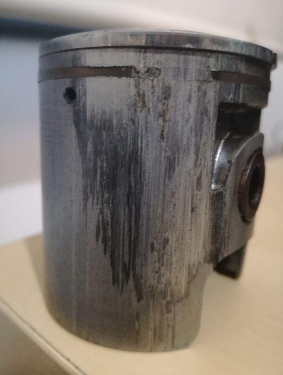 Agujerear pistones en la falda de escape en cilindros sin tabique en la lumbrera Agujer10