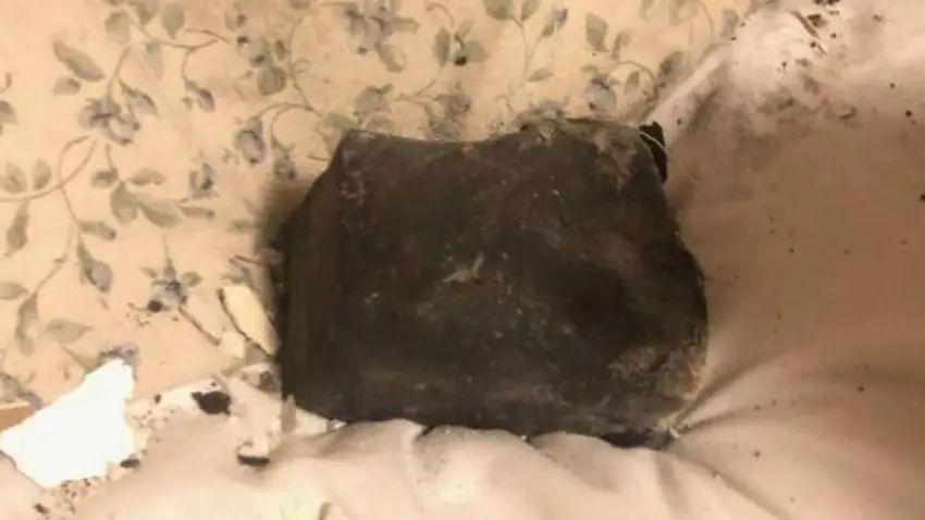 Réveillée par une météorite sur son lit ! Meteor10