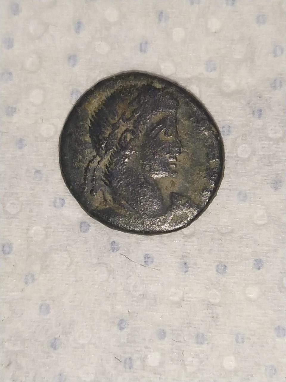 AE4 bajo imperio tipo VICTORIAE DD AVGG Q NN . Dos Victorias estantes enfrentadas. Arles. Moneda11