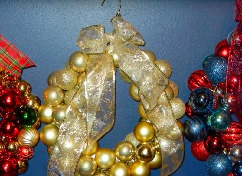 boules de Noël sur un cintre Corona10
