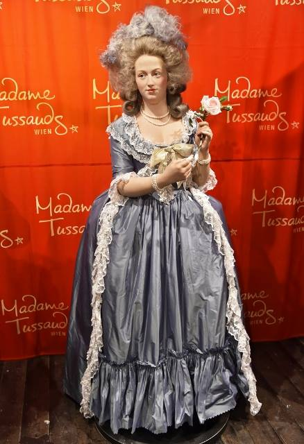 Marie Antoinette, chez Madame Tussaud - Page 3 19372010