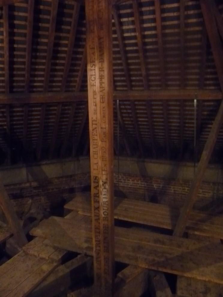 église : sous la charpente  Poutre10