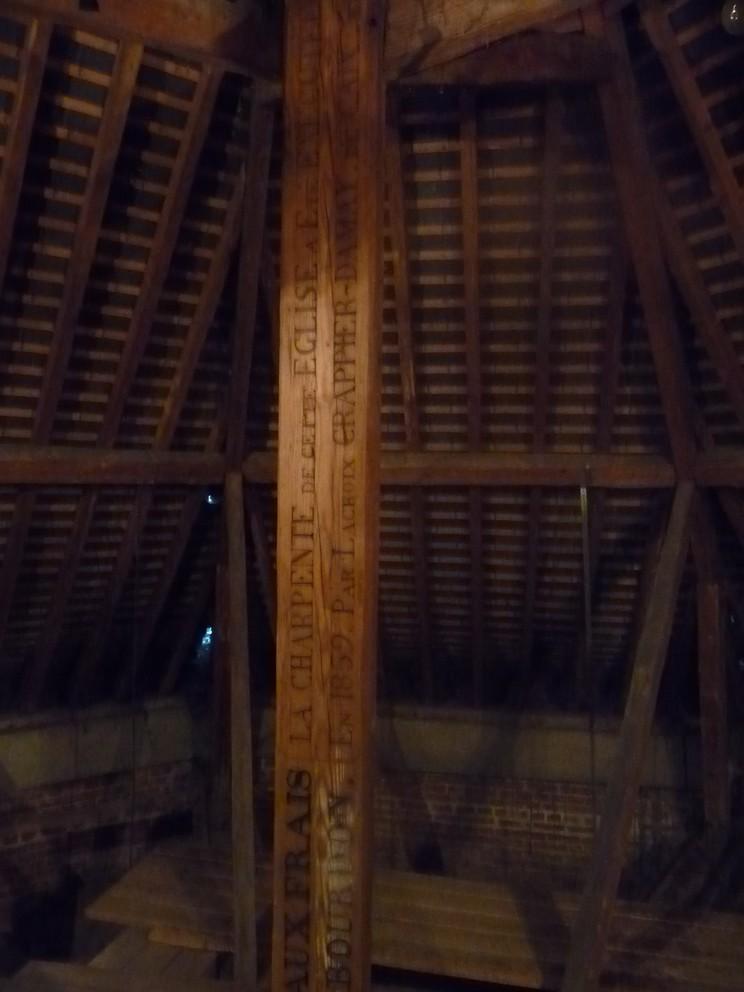église : sous la charpente  Poutre11