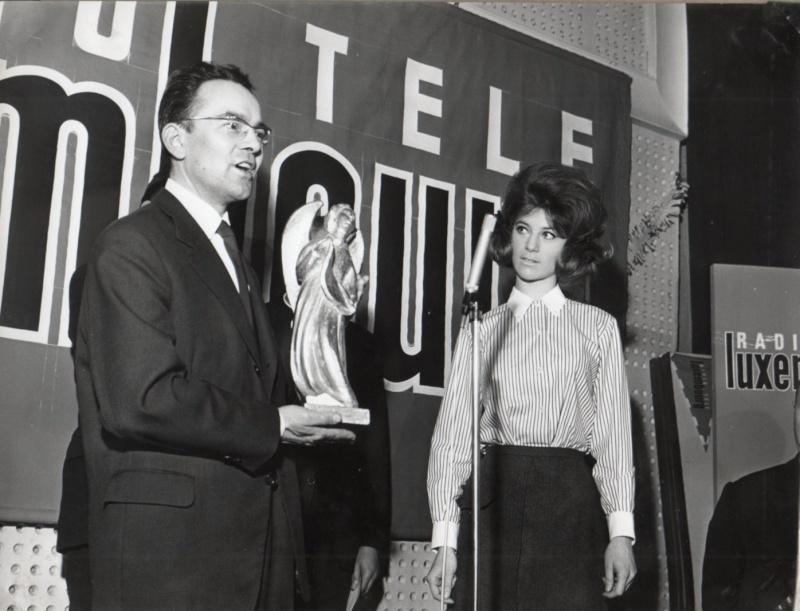 Jean Amoureux reçoit des mains de Sheila l'Ange d'or en 1965 1963_j10