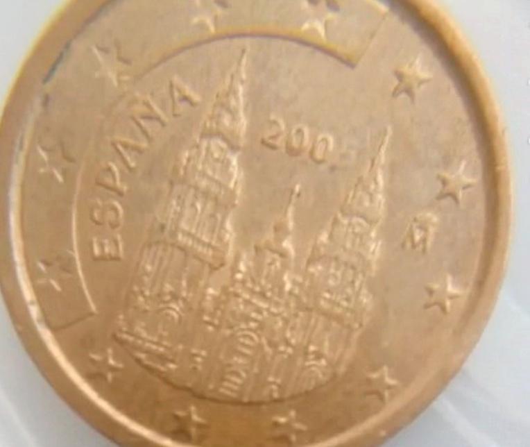 Aqui os dejo una moneda de 2 centimos de euro de 2005. Error 200 Ererro11