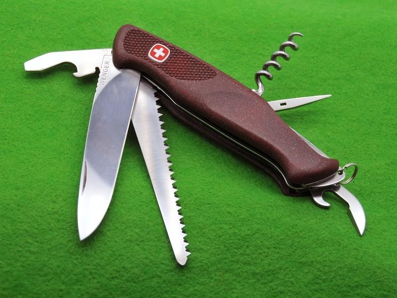 Des côtes en résine pour les couteaux suisse 111