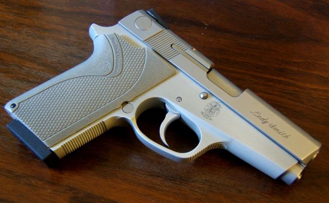 Le pistolet ou revolver de sac à main idéal - Page 3 Ladysm11