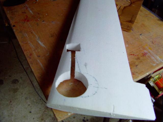 Montage des trains d'attérrissage dans une aile en polystyrène ! Imag0103