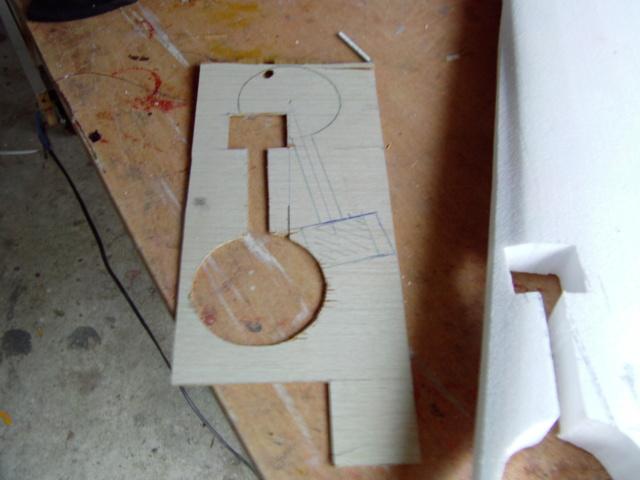 Montage des trains d'attérrissage dans une aile en polystyrène ! Imag0104