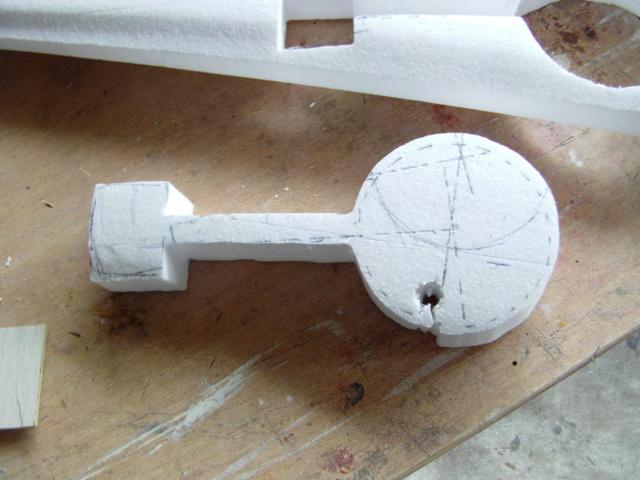 Montage des trains d'attérrissage dans une aile en polystyrène ! Imag0105