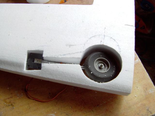 Montage des trains d'attérrissage dans une aile en polystyrène ! Imag0106