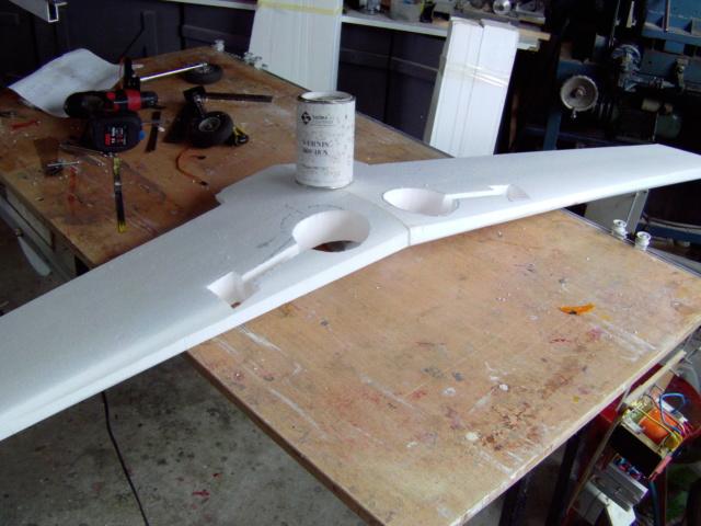 Montage des trains d'attérrissage dans une aile en polystyrène ! Imag0108