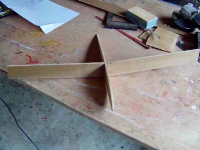 Montage des trains d'attérrissage dans une aile en polystyrène ! Imag0109