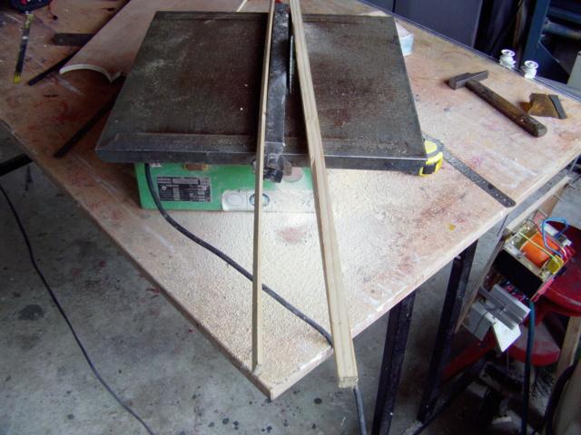 Montage des trains d'attérrissage dans une aile en polystyrène ! Imag0111