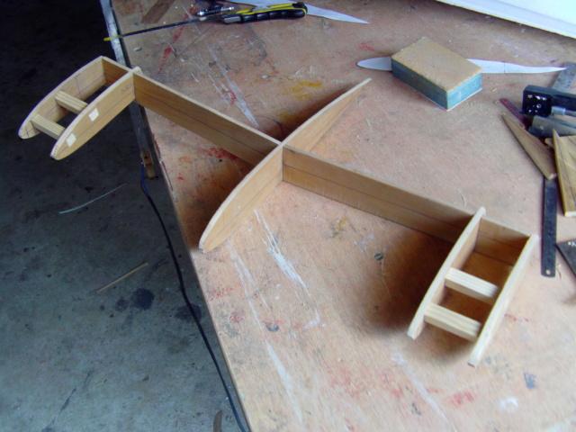 Montage des trains d'attérrissage dans une aile en polystyrène ! Imag0112