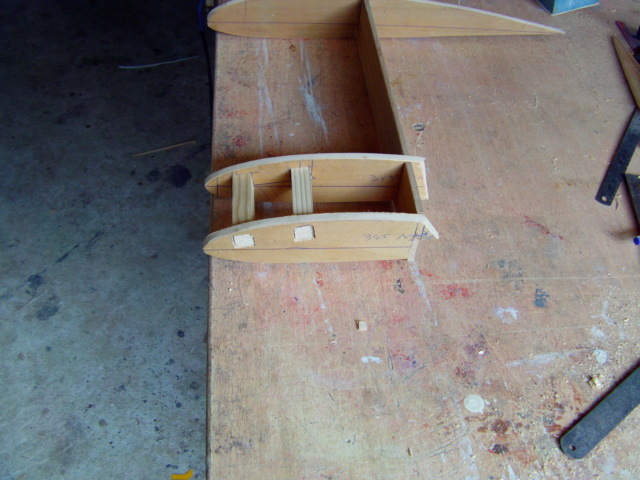 Montage des trains d'attérrissage dans une aile en polystyrène ! Imag0113