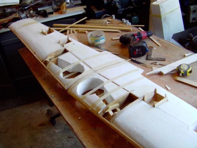 Montage des trains d'attérrissage dans une aile en polystyrène ! Imag0116