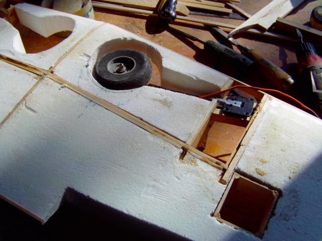 Montage des trains d'attérrissage dans une aile en polystyrène ! Imag0117