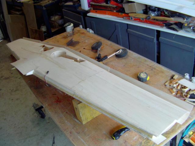 Montage des trains d'attérrissage dans une aile en polystyrène ! Imag0123