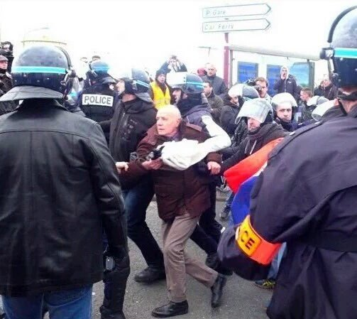 le général Piquemal sort du silence en venant à Calais malgré l'interdiction de la manifestation - arrestation du général Piquemal  Caijrp10