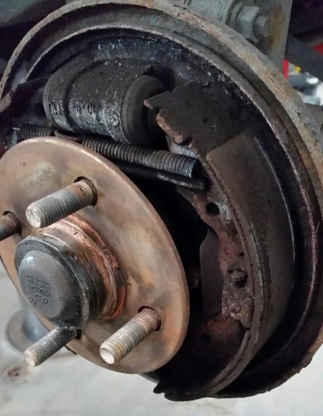 Hyundai Accent 2006, freins arrière fait au Canadian Tire 2015-111