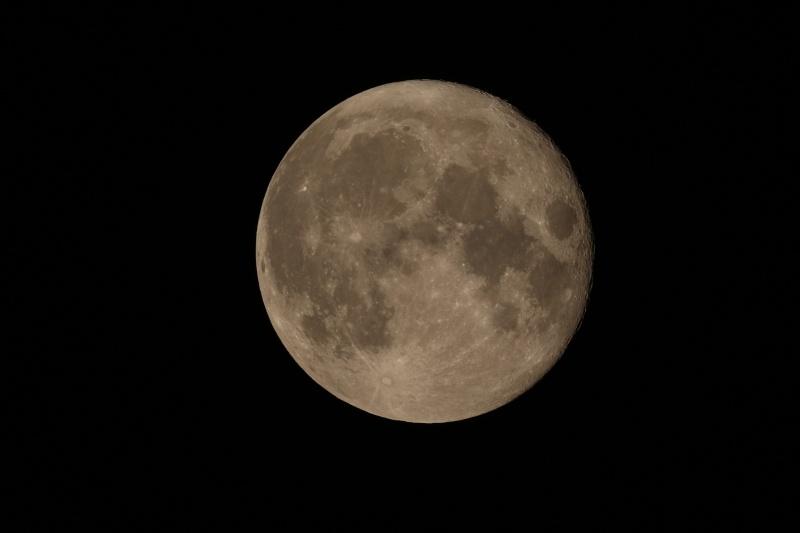 tite presque presque pleine lune hier entre deux nuages 2h Img_7210
