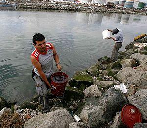 ¡Toman agua de canal contaminado para sobrevivir! 71169910