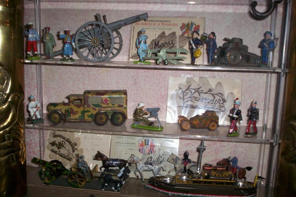 Les jouets militaires en tôle, plastique ou bois. 100_0810