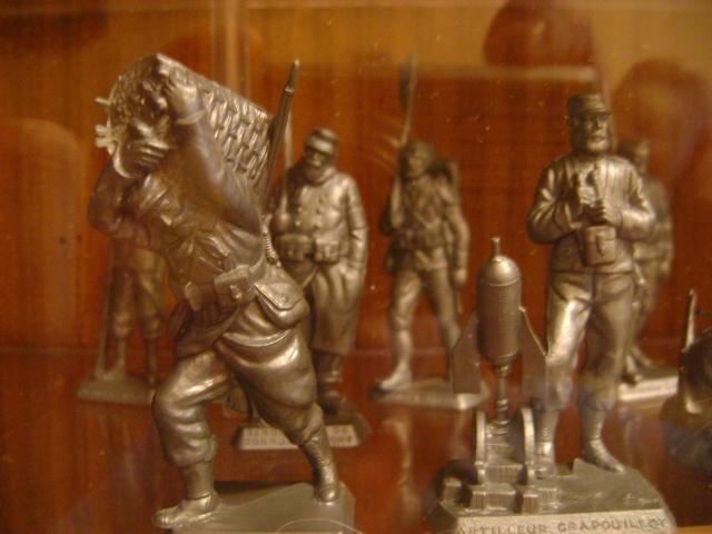Les figurines anciennes, leurs accessoires et leurs décors. Dsc03534