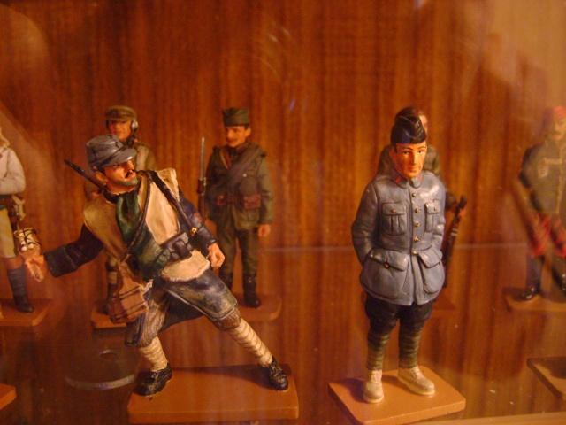 Les figurines anciennes, leurs accessoires et leurs décors. Dsc03553