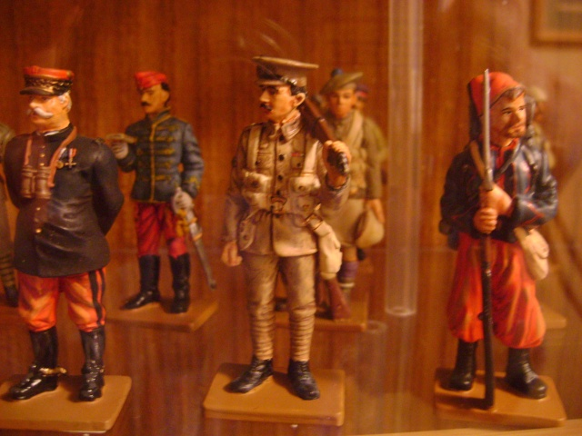 Les figurines anciennes, leurs accessoires et leurs décors. Dsc03554