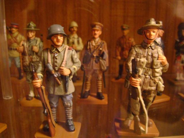 Les figurines anciennes, leurs accessoires et leurs décors. Dsc03555