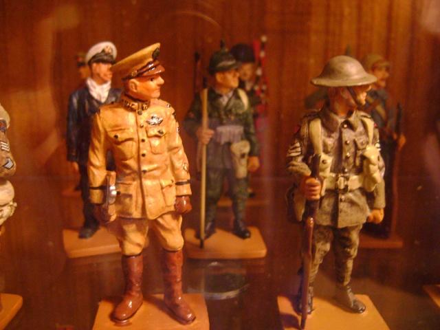 Les figurines anciennes, leurs accessoires et leurs décors. Dsc03556